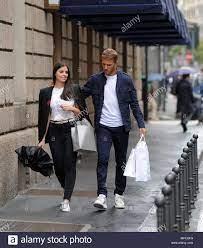 """Mailand, Domenico Criscito und Frau nach nationalen Einberufung shopping  Dominic bin Immo """"Criscito, Zenith Defender - Russische Meisterschaft, nur,  von Roberto Mancini genannt, werden ab 1. Juli Kapitän und Spieler von  Genua."""