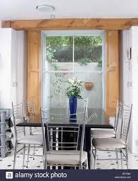 Metall Und Weiße Stühle Am Schwarzen Tisch Im Modernen
