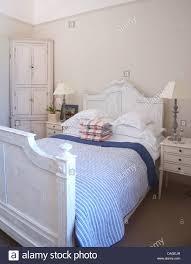 Blau Gestreifte Quilt Und Weißen Kissen Auf Weiß Lackierte Bett In
