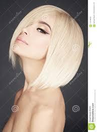 Mooie Aziatische Vrouw Met Blonde Kort Haar Stock Afbeelding