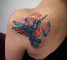 фото тату колибри в стиле акварель на лопатке девушки фото