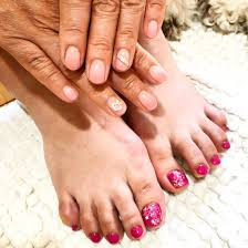 ピンクネイルで可愛いコーデハンドは薄いピンクのグラデーション