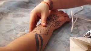 Laserové Odstranění Tetování Mladá Dívka Odstraní Tetování Laserem
