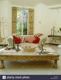 Ess Undch In Einem Indonesischen Im Wohnzimmer Mit Weissen Sofa
