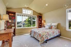 Buntes Bett Und Zwei Bücherkästen Im Schlafzimmer Im Obergeschoss