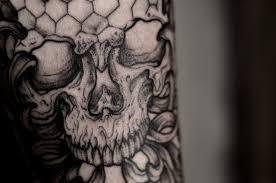 черная тату череп на спину голову руку для мужчин