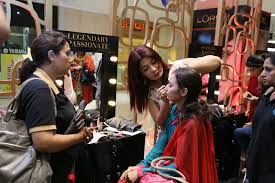 india l 39 oréal paris make up expert saba ansari giving a live over to makeup kit