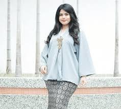 Model baju atasan untuk orang gemuk sebenarnya ada banyak aturannya. 8 Tips Memilih Baju Kebaya Untuk Orang Bertubuh Gemuk Seruni Id