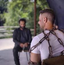 أحمد عز مقيّدًا بـ«جنزير» أمام أحمد فهمي في كواليس «العارف»