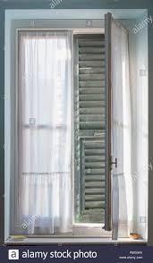 Eine Halb Offene Fenster Mit Fensterläden Von Innen Gesehen
