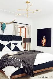 Kleines Zimmer Großes Bett Schwarz Weiß Gold Mit Winem Farbtupfer