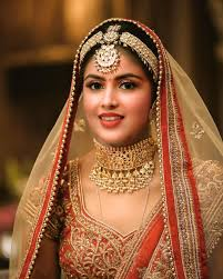 bright highlighted bridal makeup with heavy kundan accessories