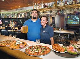 sports fans huddle at roundtable pizza the honolulu advertiser hawaii s newspaper