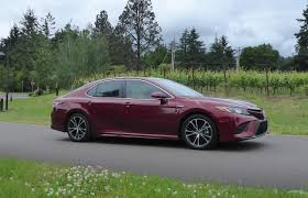 2018 toyota camry se. simple camry camryu0027s lower wider stance looks roadready and hybrid models like this se  version give no overt clues as to their fuelthriftiness intended 2018 toyota camry se