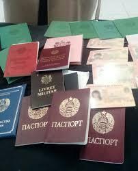 В аэропорту задержали женщину с фальшивыми паспортами и  В аэропорту задержали женщину с 150 фальшивыми паспортами и документами