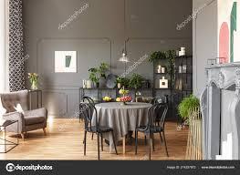 Zwarte Stoelen Aan Ronde Tafel Onder Lamp Grijs Loft Interieur