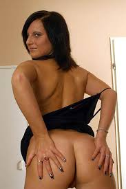 Sexy Brunette Mom Showing Fine Ass Pichunter