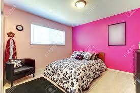 Teenager Mädchen Schlafzimmer Mit Leuchtend Rosa Wand Und Einfache