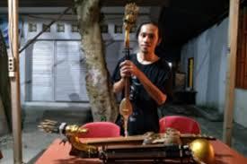 Serangko adalah salah satu jenis alat musik tradisional yang berasal dari daerah jambi yang uniknya adalah alat musik tersebut terbuat dari tanduk kerbau. Perupa Asal Kepulauan Kei Ciptakan Alat Musik Tradisional Rebab Milenial