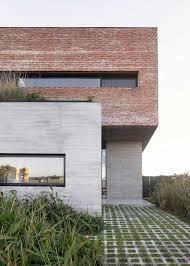 Versátil, esse recurso pode ser usado do banheiro à fachada. Fachada De Tijolo Combinada Com Concreto E Madeira No Interior 333 Imagens Artfacade