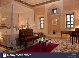 Ein Schlafzimmer Mit Einem Drapiert Moskitonetz Im Al Moudira