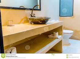 Orientalisches Badezimmer Mit Einer Orange Wand Gefärbt Stockfoto