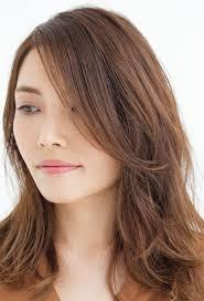 小顔効果もありぺったり前髪はサイドに流れる外巻きパーマで動きを