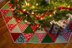 Quilted Christmas Tree Skirt Tutorials I Want to Try : Behind ... & It's just a bunch of triangles, right? I could TOTALLY whip that up in... a  couple years. *sobs* Adamdwight.com