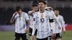 الحكم واللاعبون يبحثون عن الكرة في مباراة الأرجنتين وبوليفيا (فيديو)