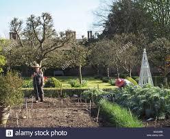 The Kitchen Garden Two Gardeners Preparing The Kitchen Garden At Chenies Manor Stock