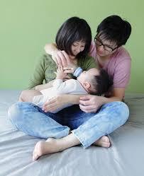 Tập cho bé bú bình đúng cách: 10+ điều mẹ cần biết - HUGGIES® Việt Nam