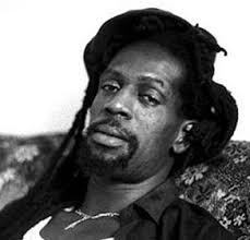 ... o cantor jamaicano Gregory Isaacs. O músico sofria de câncer no pulmão e morreu em sua casa em Londres, informou à BBC sua viúva, Linda. - GregoryIsaacs_davidCorio292