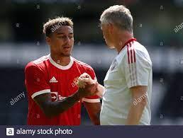 Fußball - vor der Saison freundlich - Derby County / Manchester United -  Pride Park, Derby, Großbritannien - 18. Juli 2021 Manchester United Manager  Ole Gunnar Solskjaer schüttelt sich nach dem Spiel