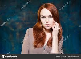 Dlouhé Kudrnaté Zrzavé Vlasy Módní Portrét ženy S Luxusní účes