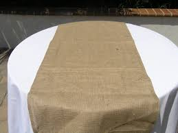 diy burlap table runner on round wedding table with white fabric cover ideas