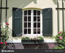 Schönes Haus Mit Grünen Fensterläden Fenster Stockfoto Eivaisla