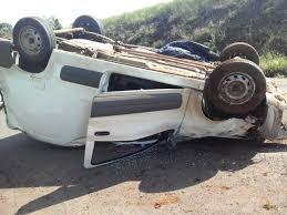Resultado de imagem para Veículo com dez alunos capota após ser atingido por caminhão de cervejaria no sul do estado