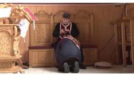 Imagine incredibilă - Un preot butonează telefonul în timp ce spovedește enoriașii