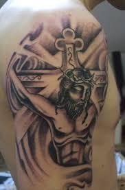 красивая тату на плече парня в виде креста и распятого иисуса фото