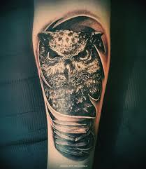 татуировка сова и книги работа выполнена одним долгим сеансом 35