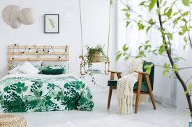 Strickdecke Auf Dunkelgrünem Stuhl Im Schlafzimmer Mit