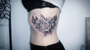 татуировка на ребрах у девушки цветы фото рисунки эскизы