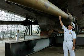 File:US Navy 100826-N-7478G-234 Cmdr. Kirk Knox examines the damage to the  propellor shaft of ROKS Cheonan (PCC 772).jpg - Wikimedia Commons