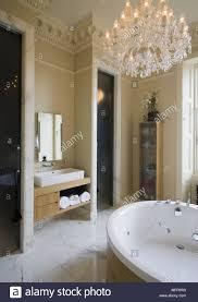 Kronleuchter über Runde Badewanne Im Luxuriösen Badezimmer