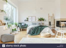 Weiß Und Holz Schlafzimmer Mit Einem Großen Bett Kamin Fenster