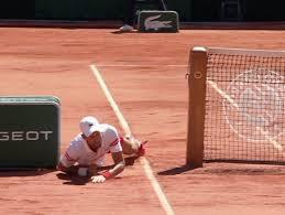 Brutta caduta per Djokovic durante la finale del Roland Garros contro  Tsitsipas