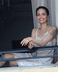 анджелины джоли показалась в ночнушке на балконе отеля фото
