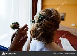 Kadeřník Dělá účes Pro Nevěstu Nevěsta Ráno Kadeřník Zdobí Nevěsty