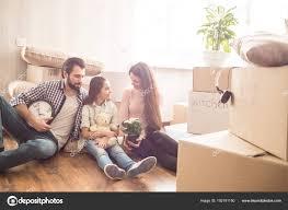 Twee Jonge Ouders Zijn Zittend Op De Vloer En Op Zoek Naar Hun Kind