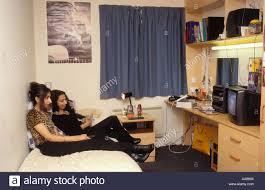 Zwei Studentinnen Vor Dem Fernseher Im Schlafzimmer Des Wohnheimes